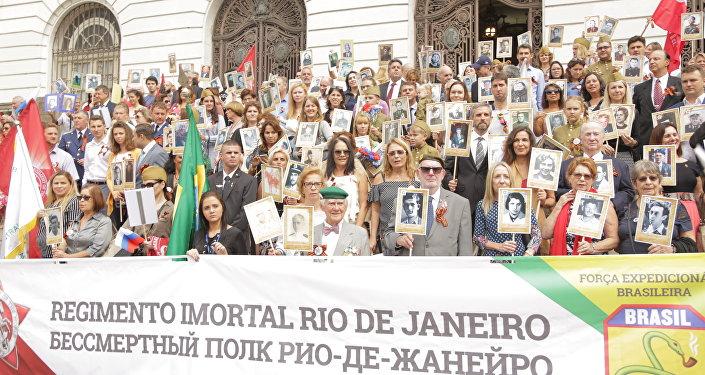 Veteranos e familiares de combatentes da Segunda Guerra Mundial participam do Regimento Imortal na Cinelândia, no Rio de Janeiro