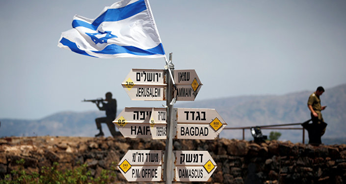 Soldados israelenses perto de uma sinalização em ponto de observação nas Colinas de Golã que dá para o território sírio, 10 de maio de 2018