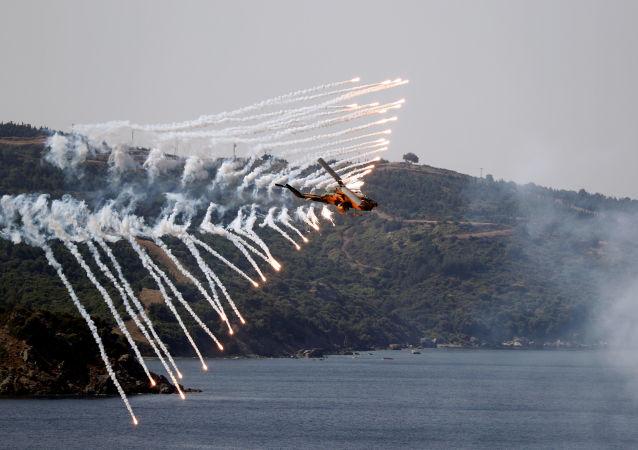Helicóptero das Forças Armadas da Turquia participa de treinamento de fogos reais durante o Exercício Militar EFES 2018 perto da cidade portuária de Izmir no mar Egeu, Turquia, 10 de maio de 2018