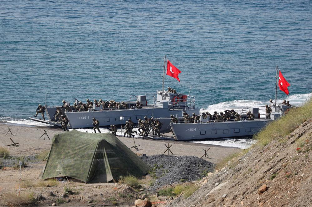 Forças Armadas da Turquia perto da cidade portuária de Izmir no mar Egeu, Turquia