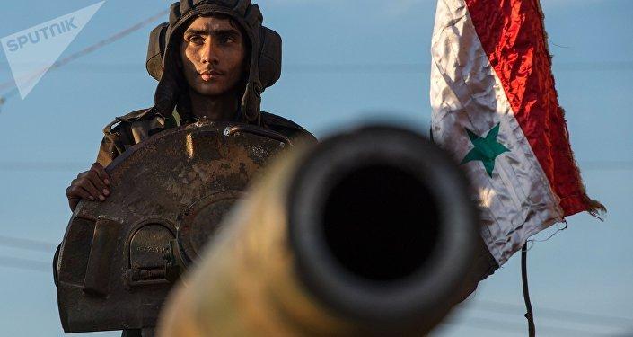 Soldados sírios sobre um veículo autopropulsado de artilharia na fronteira turco-síria perto de cidade de Kesab, Síria, 10 de fevereiro de 2016