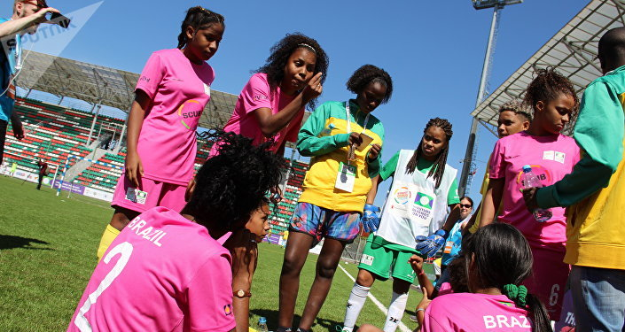 Jogadoras da equipe feminina brasileira durante intervalo no amistoso com a Rússia na Street Child World Cup 2018