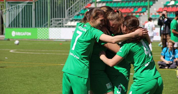 Equipe feminina russa festeja o golo durante o amistoso com o time brasileiro na Street Child World Cup 2018