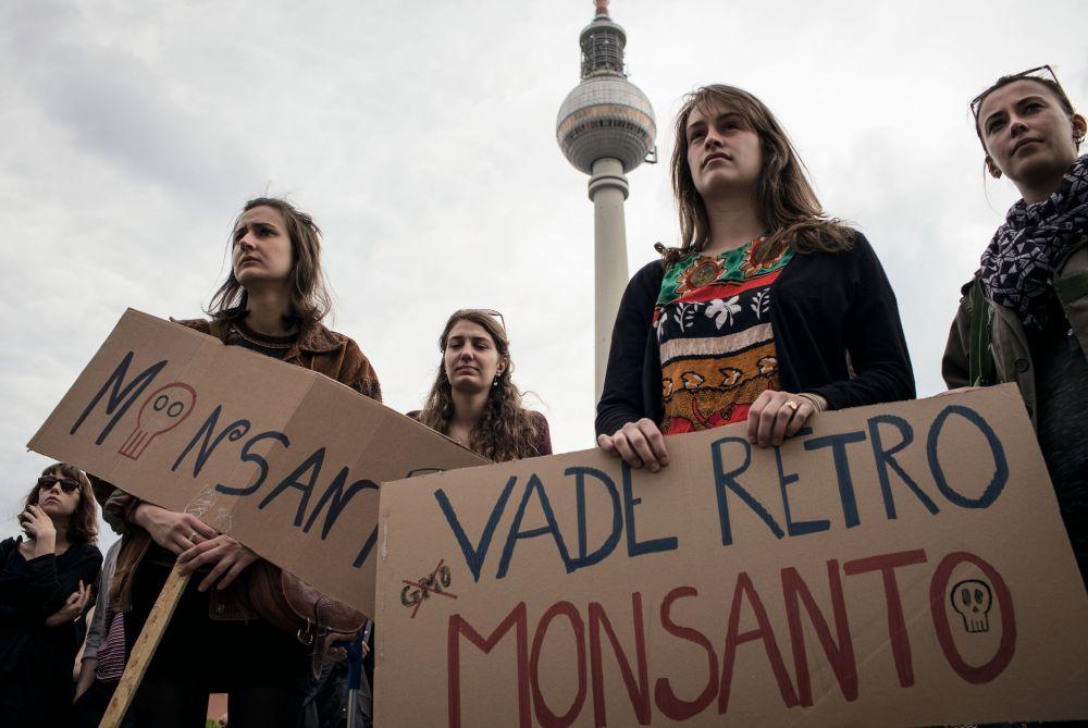 Participantes do protesto contra a Monsanto Co em Berlim. As ativistas manifestam-se contra os alimentos transgênicos.