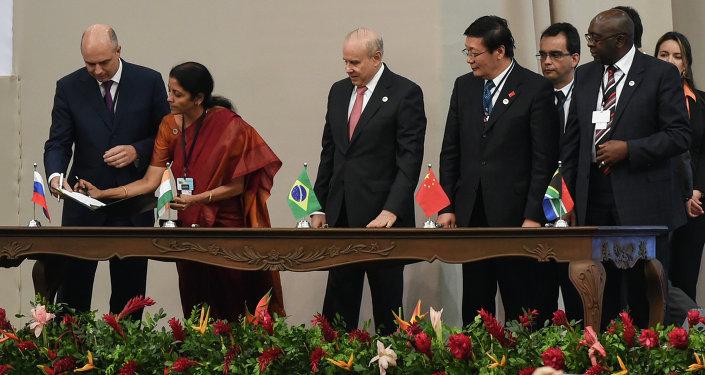 Delegados dos BRICS em cerimônia de assinatura do acordo de criação do Novo Banco de Desenvolvimento (NBD), em 15 de julho de 2014, na cidade brasileira de Fortaleza