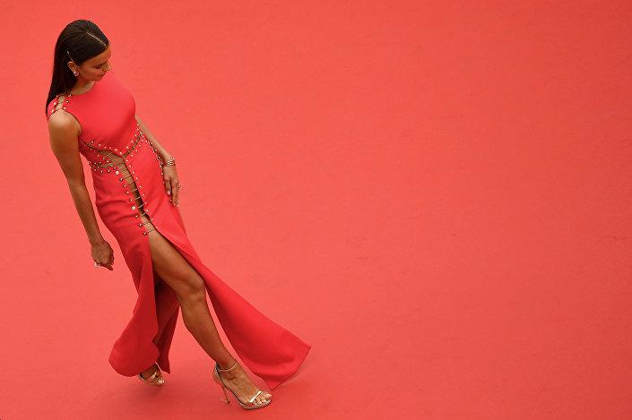 Modelo russa Irina Shayk no tapete vermelho na cerimônia do Festival de Cannes em um traje revelador