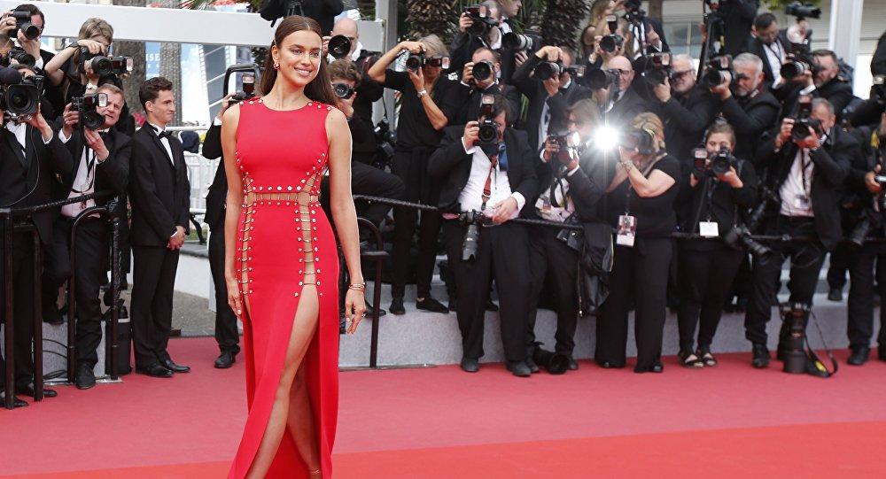 Modelo russa Irina Shayk no tapete vermelho na cerimônia do Festival de Cannes 2018