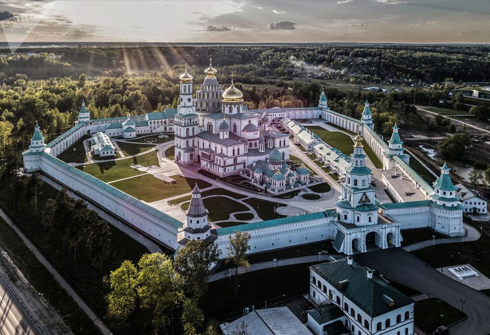 Um mosteiro masculino ortodoxo após a restauração na cidade de Istra, nos arredores de Moscou