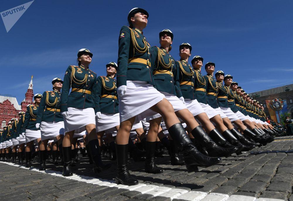 Batalhão feminino participa da Parada da Vitória na Praça Vermelha, em 9 de maio de 2018