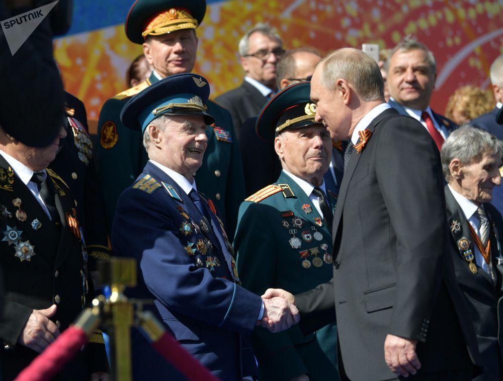 Vladimir Putin felicita os veteranos durante a Parada da Vitória, na Praça Vermelha, em 9 de maio de 2018