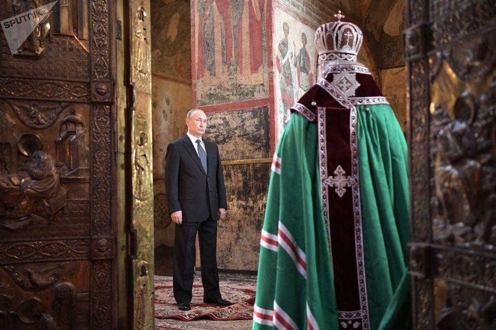 Vladimir Putin e o Patriarca de Moscou e Toda a Rússia, Kirill, durante a missa solene no dia de posse, no Kremlin, em 7 de maio de 2018