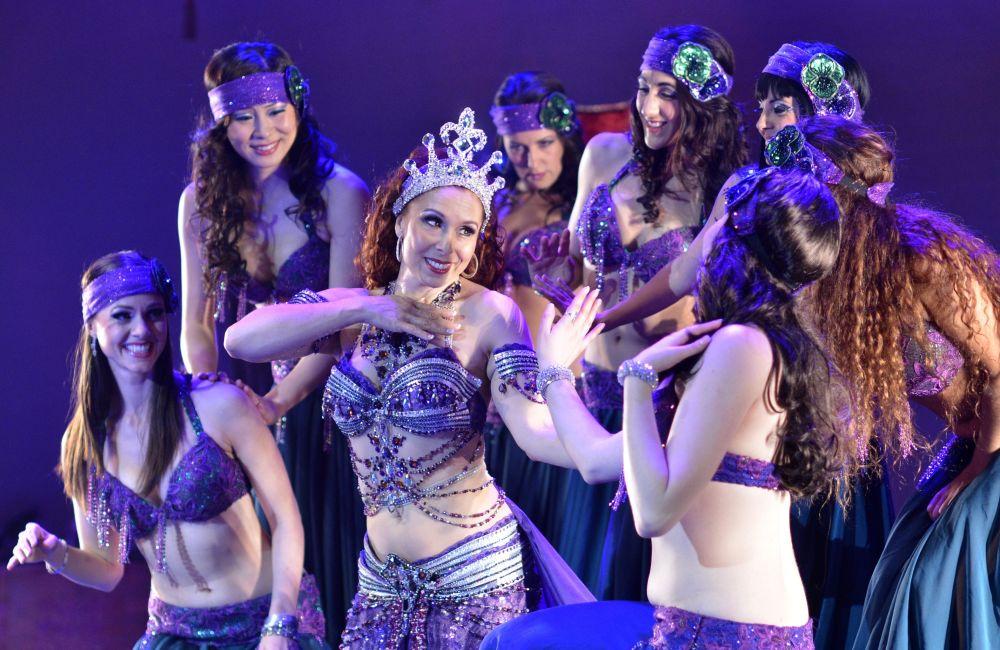Dançarinas do grupo The Bellydance Evolution atuando em um torneio internacional, nos EUA