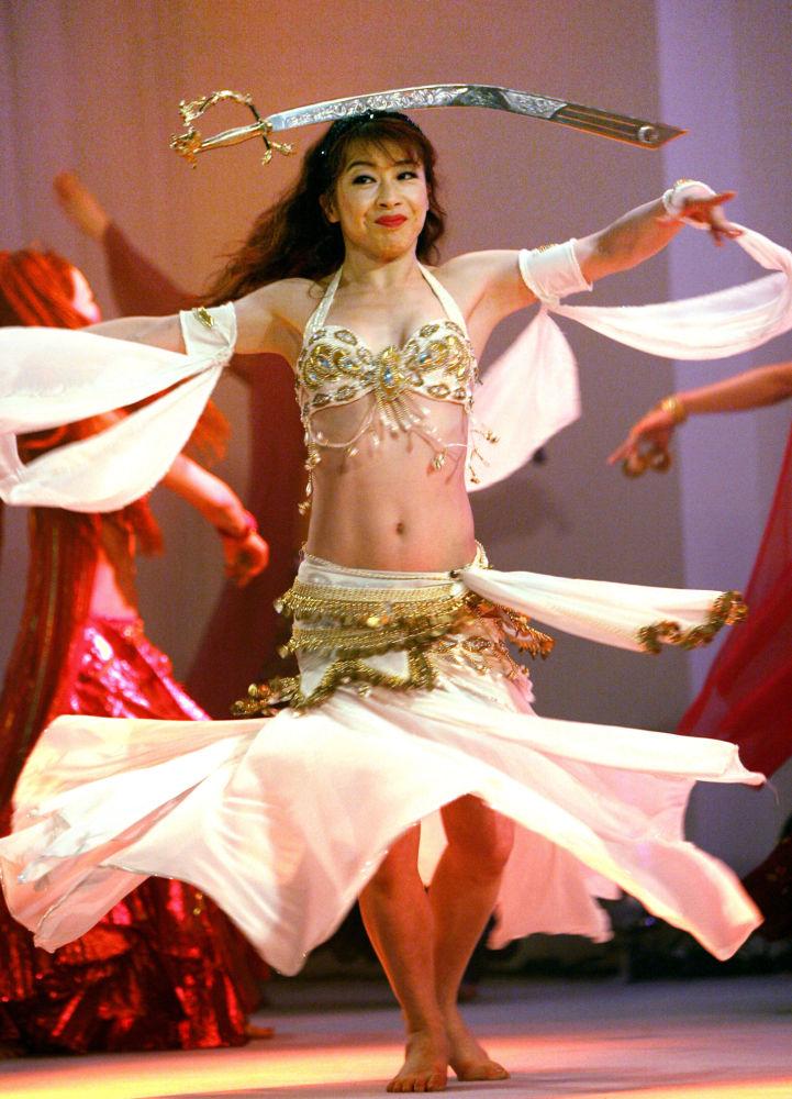 Treinadora da dança do ventre japonesa, Kayou Aoki, se apresenta durante uma coletiva de imprensa, em Tóquio