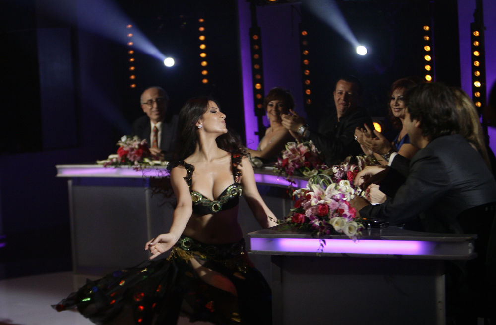 Dançarina do ventre libanesa Josida Muhanna se apresenta durante o show de talentos Studio al-Fan, em Beirute, no Líbano