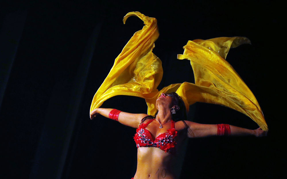 Dançarina Lia Lebenszky participa da competição Miss Belly-Dance Hungary, em Budapeste, na Hungria
