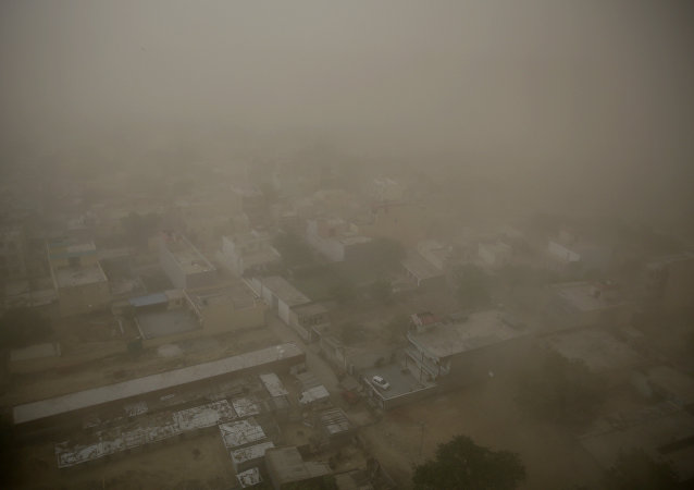Tempestade de areia cobre a cidade de Noida, na Índia.