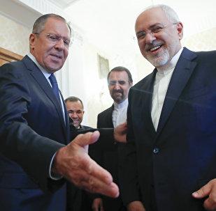O ministro das Relações Exteriores da Rússia, Sergei Lavrov, saudando o seu colega iraniano, Mohammad Javad Zarif, antes do encontro em Moscou, 14 de maio, 2018