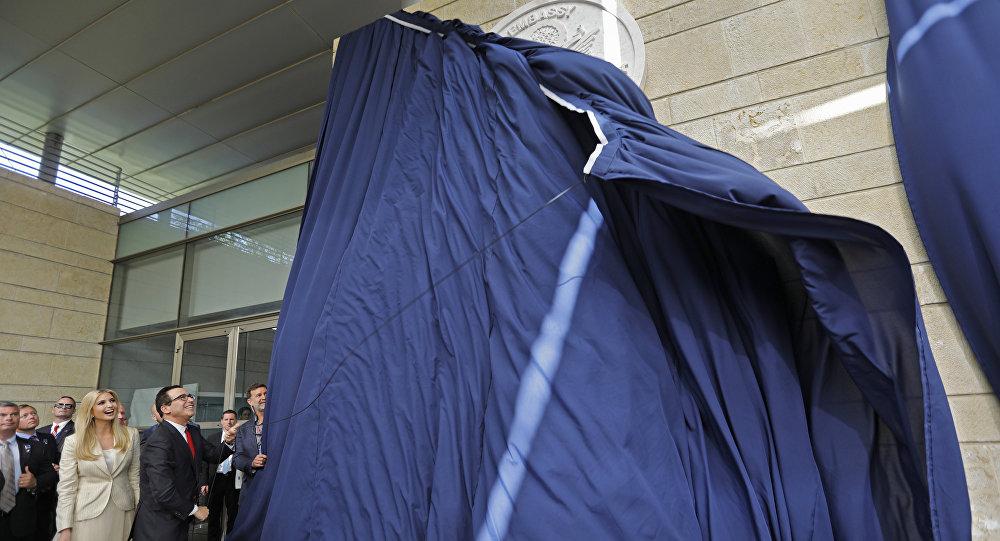 Secretário do Tesouro dos EUA, Steve Mnuchin, e a filha do presidente norte-americano, Ivanka Trump, mostrando placa de inauguração durante abertura da embaixada norte-americana em Jerusalém, 14 de maio de 2018