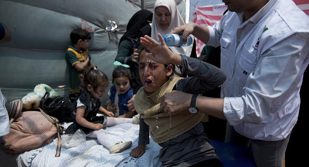Médicos tratam crianças palestinas atingidas com gás durante protestos na Faixa de Gaza