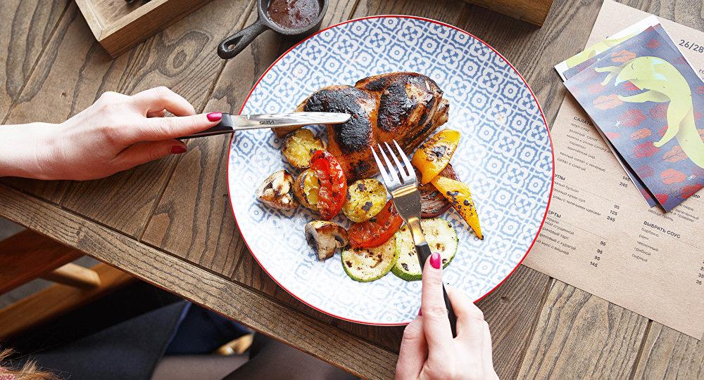 Coxa de frango com legumes do restaurante 26/28 Grill