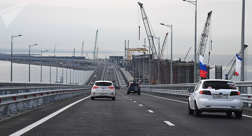 Tráfego de veículos na Ponte da Crimeia, Rússia, 16 de maio de 2018