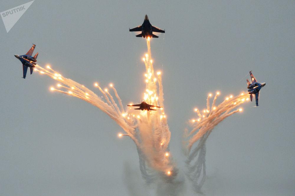 Competição de pilotos militares Aviadarts 2016 no sul da Rússia. Na foto: caças Su-27 da esquadrilha de acrobacia aérea Russkie Vityazi