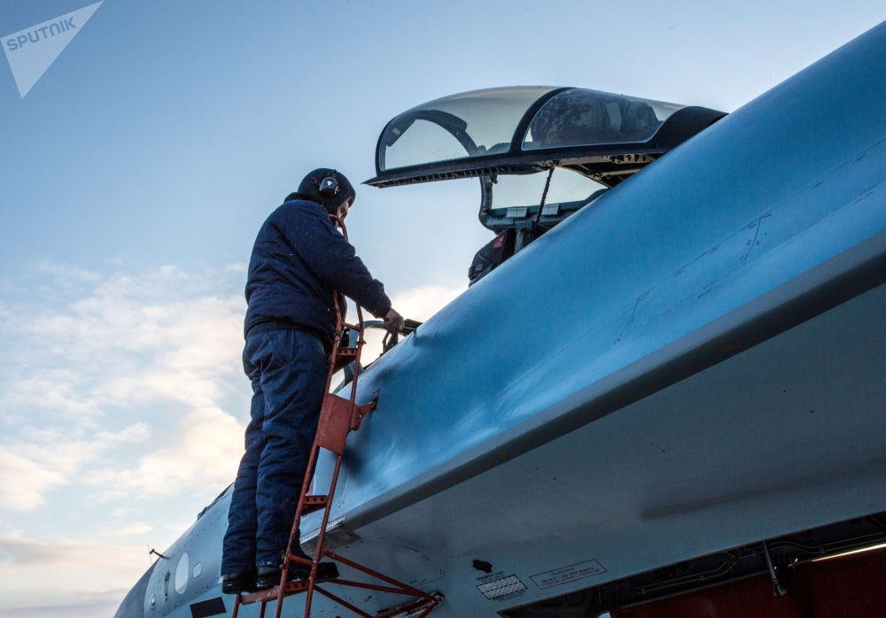 Pilotos militares examinam novos caças Su-35 entregues ao 6º exército da Força Aeroespacial russa na República de Carélia