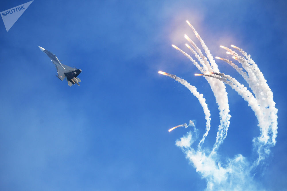 Caça Su-30 da esquadrilha de acrobacia aérea Sokoly Rossii durante uma apresentação