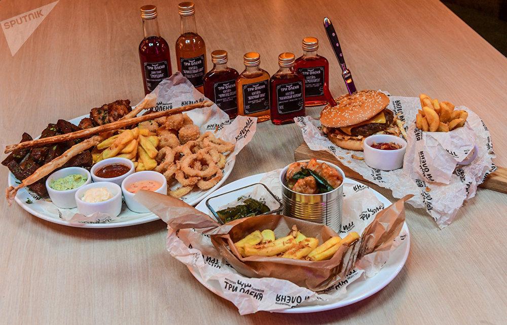 Pratos e bebidas caseiras do restaurante Três Cervos em Samara