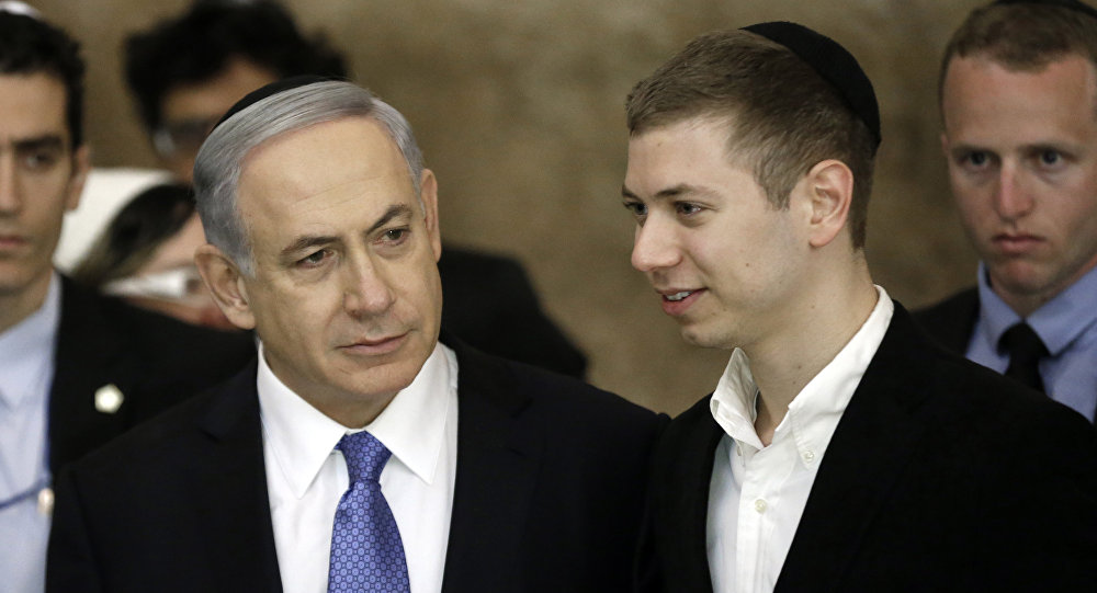 Primeiro-ministro israelense Benjamin Netanyahu e o seu filho, Yair