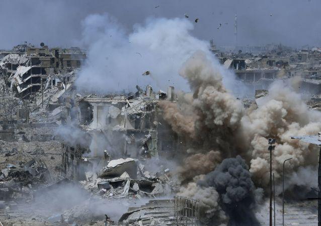 Ataque aos territórios dos militantes da organização terrorista Daesh na área do antigo campo de refugiados palestinos Yarmouk no subúrbio a sul de Damasco
