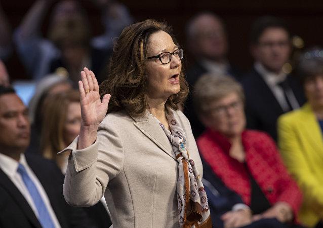 Gina Haspel, candidata para o cargo de diretora da CIA, presta juramento durante audições de confirmação no Senado