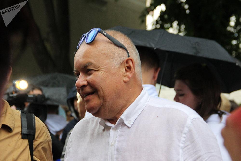 Diretor-geral da agência Rossiya Segodnya, Dmitry Kiselev participa do protesto contra a detenção de Kirill Vyshinsky perto da embaixada ucraniana em Moscou, em 18 de maio de 2018
