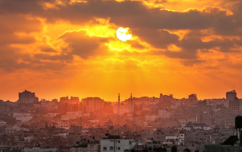 Pôr do sol na cidade de Gaza, em meio a confrontos violentos entre palestinos e israelenses