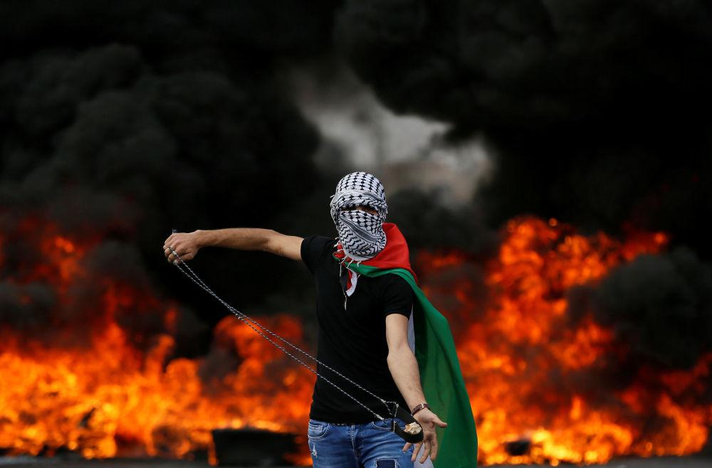 Palestino durante um protesto dedicado ao 70º aniversário de Nakba (palavra árabe que significa catástrofe e se refere ao êxodo palestino de 1948) na Faixa de Gaza