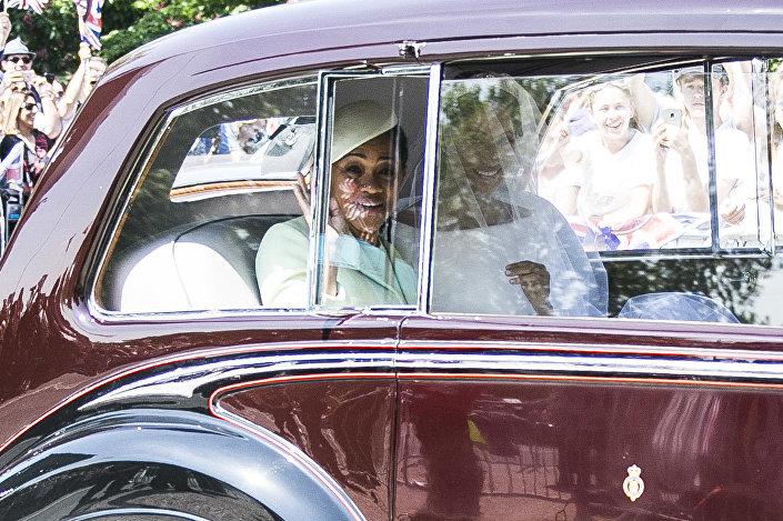 Meghan Markle no carro com sua mãe, Doria Ragland (à esquerda)