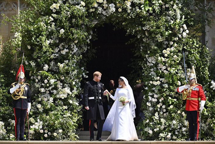 O príncipe Harry e sua esposa Meghan Markle, duques de Sussex, depois da cerimônia na igreja de São Jorge