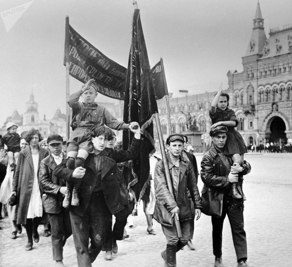 Pessoas com filhos durante os festejos do Dia Internacional da Juventude na Praça Vermelha, em 2 de setembro de 1922
