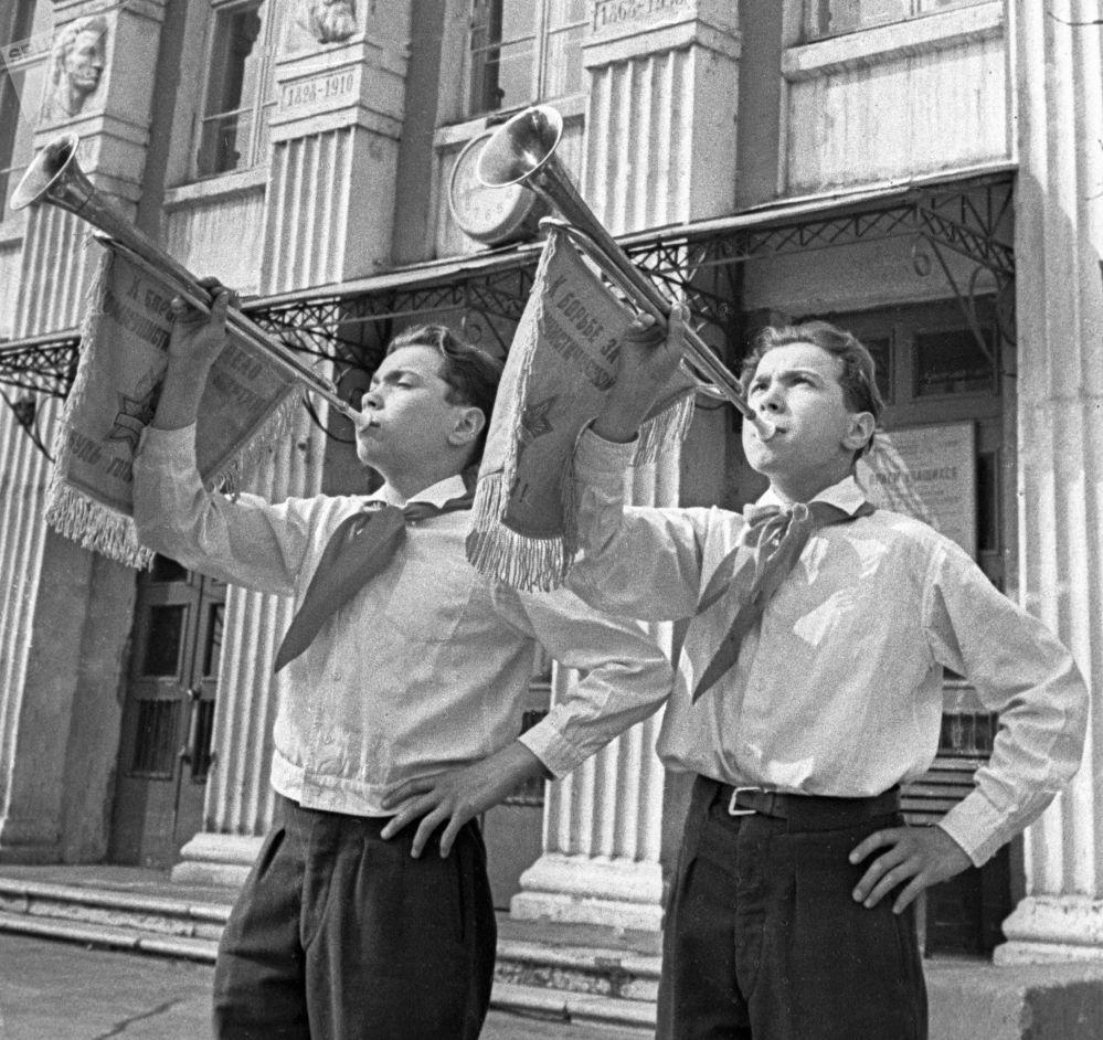 Clarins dos pioneiros participam da parada no Dia do Pioneiro, em 1964