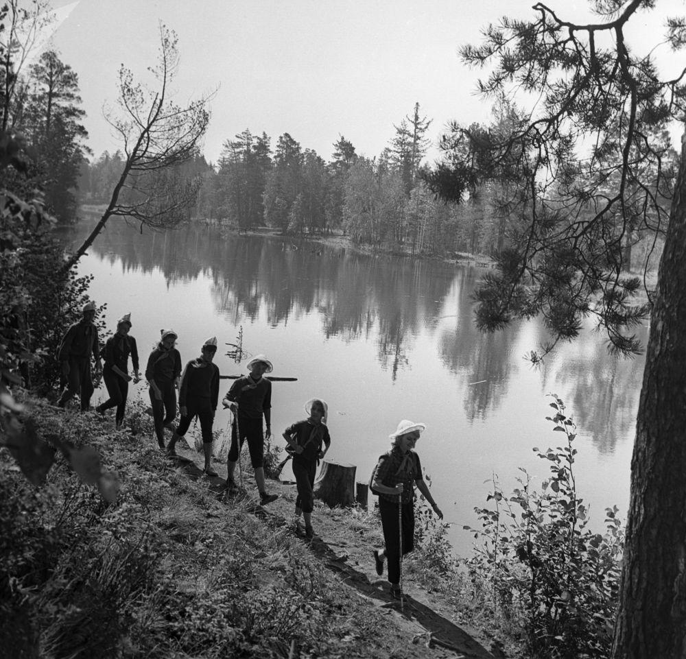 Pioneiros passeiam ao longo da margem do rio Tura, nos Urais, em 1963.