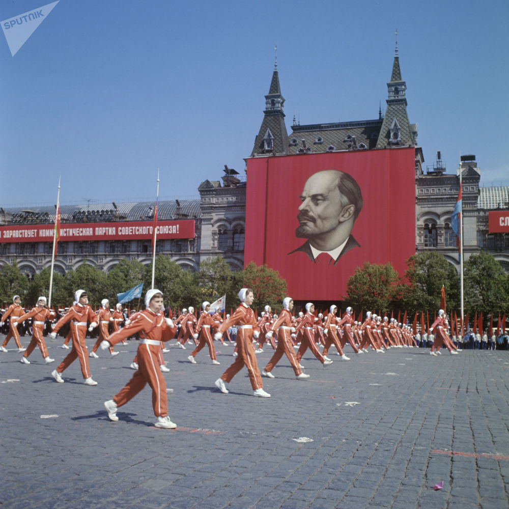 Alunos escolares, membros de clubes de jovens cosmonautas, participam da parada no Dia do Pioneiro, na Praça Vermelha, em 1972