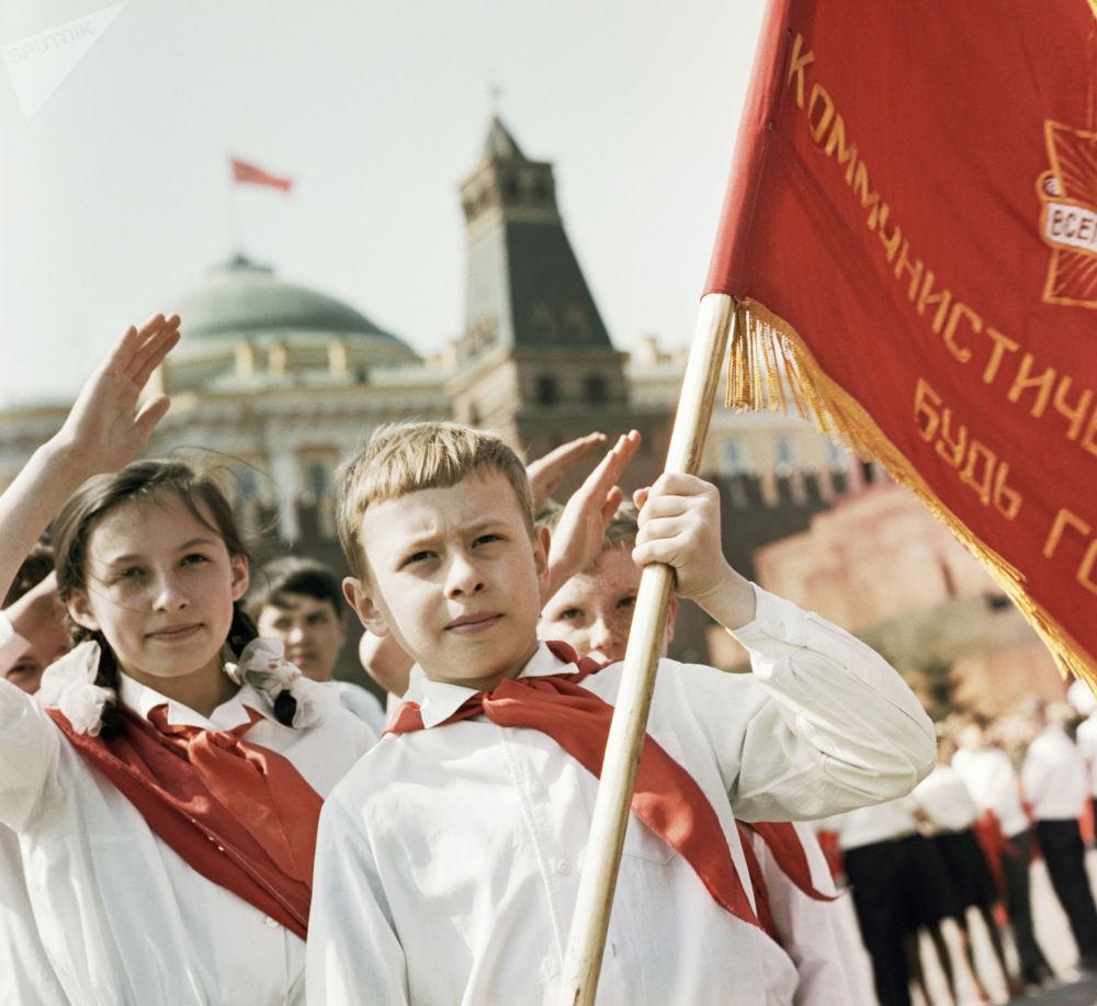 Participantes da cerimônia solene de adesão ao Movimento dos Pioneiros na Praça Vermelha, em Moscou, em 1965