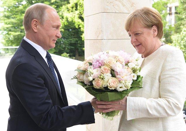 Angela Merkel e Vladimir Putin se reúnem em Sochi, na Rússia, 18 de maio de 2018