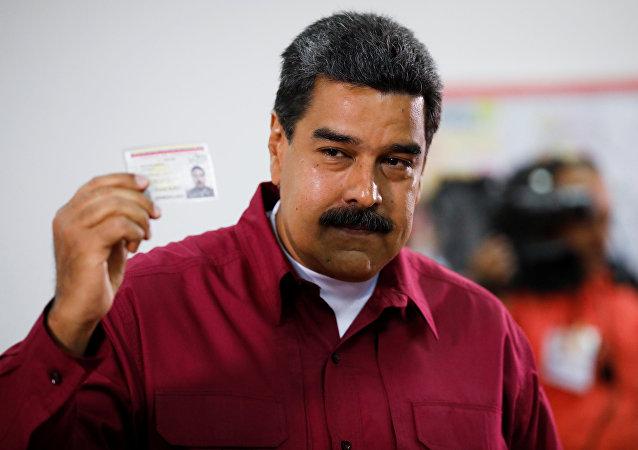 Nicolás Maduro entrega seu voto nas presidenciais, em 20 de maio de 2018, em Caracas