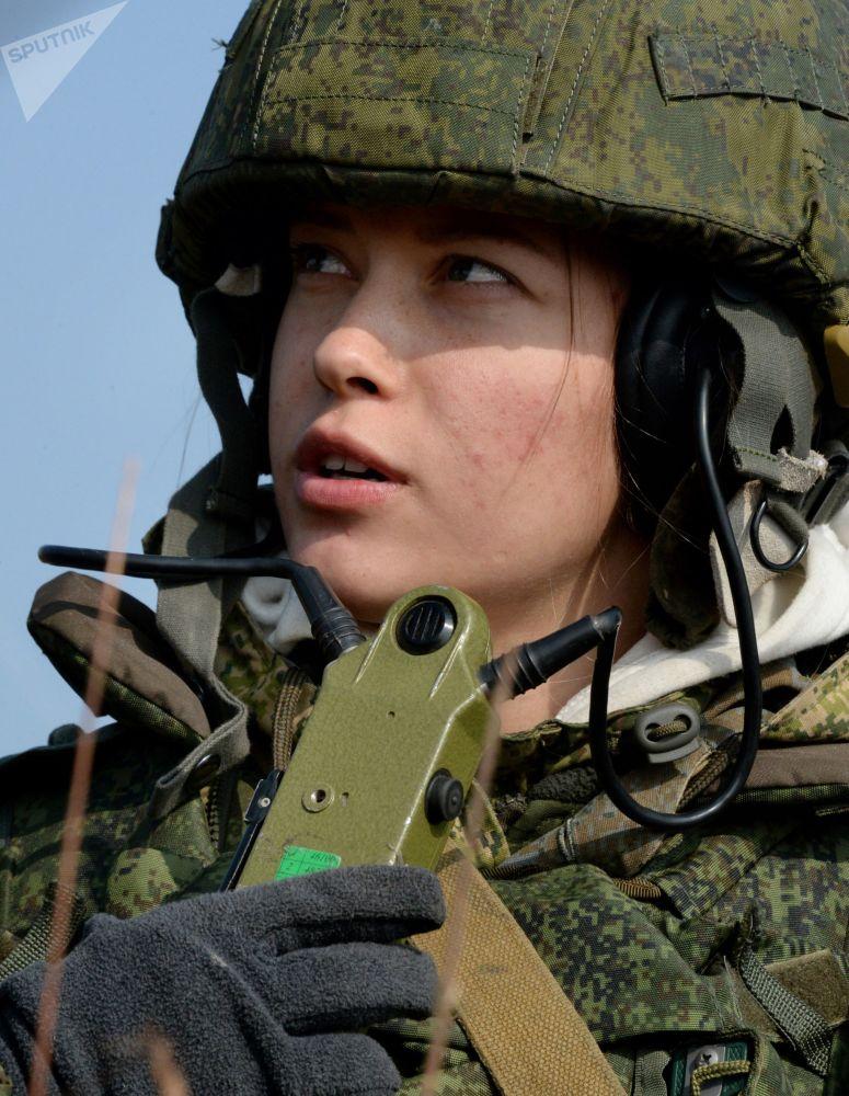 Militar feminina do serviço de telecomunicações participa de treinamentos dos fuzileiros navais da Frota do Pacífico russa