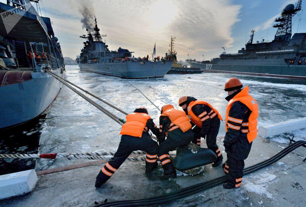 Destroieres da Frota do Pacífico russa chegam ao porto de Vladivostok, Rússia