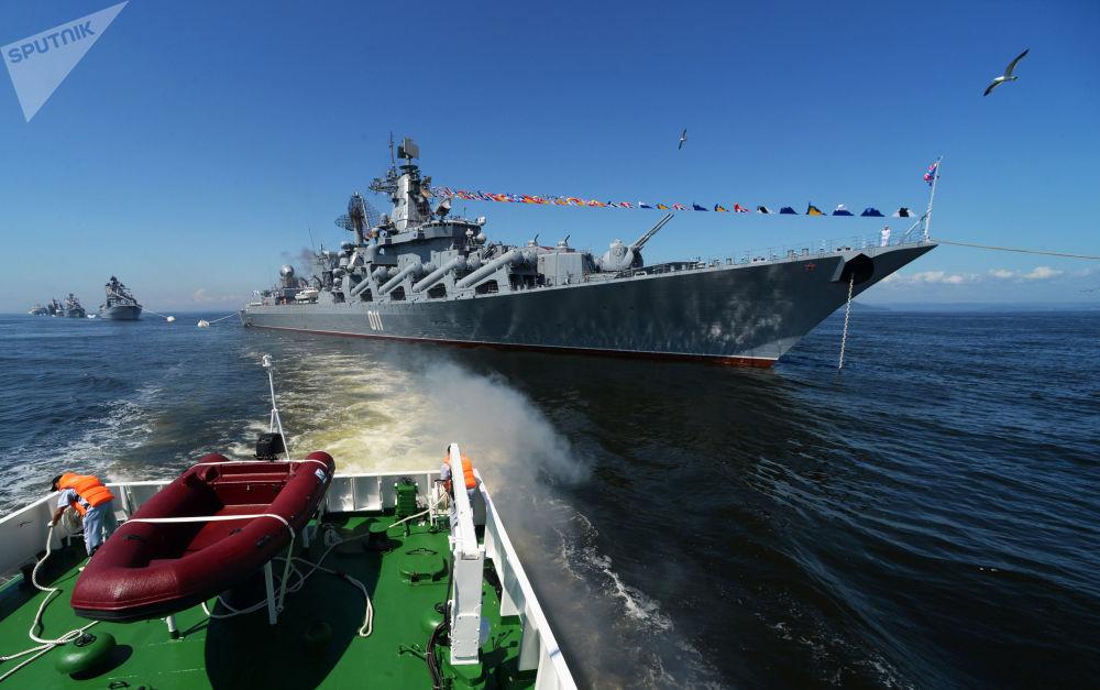 Cruzador de mísseis guiados russo Varyag participa do ensaio geral do desfile de navios e da festa esportiva militar dedicados ao Dia dos Fuzileiros Navais da Rússia em Vladivostok