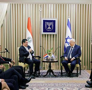 Presidente paraguaio, Horacio Cartes, sentado em frente ao seu homólogo israelense, Reuven Rivlin, na residência do presidente de Israel em Jerusalém, antes da cerimônia de inauguração da embaixada do Paraguai em Jerusalém