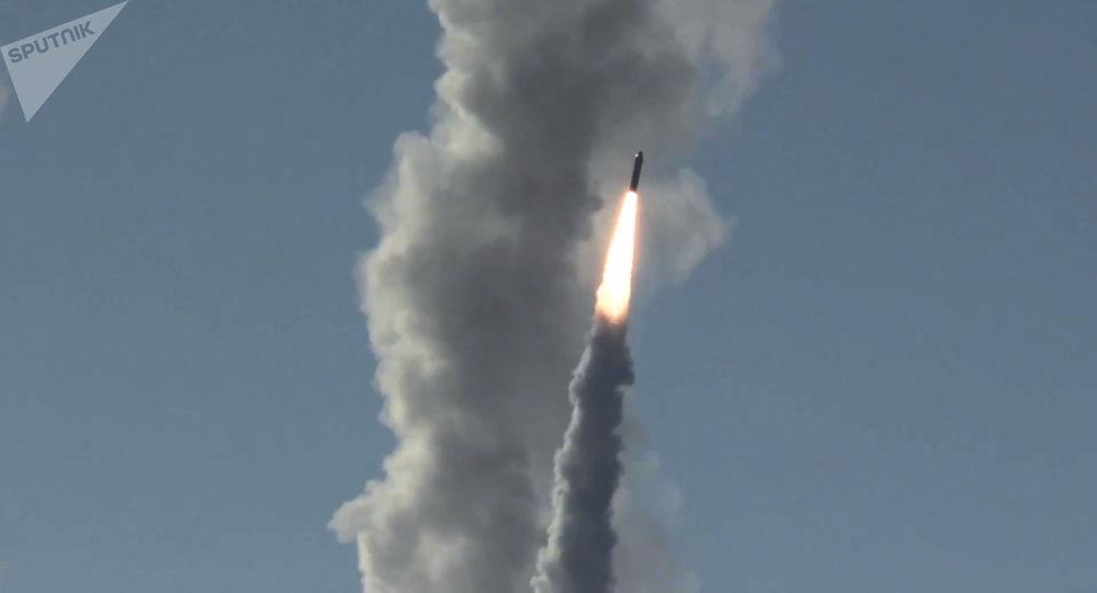 Lançamento de mísseis Bulava (imagem referencial)