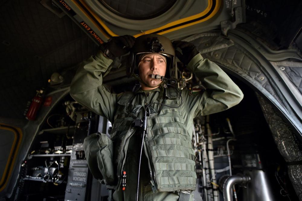 Soldado do exército italiano em helicóptero durante exercício militar, perto de Roma, em 21 de maio de 2018